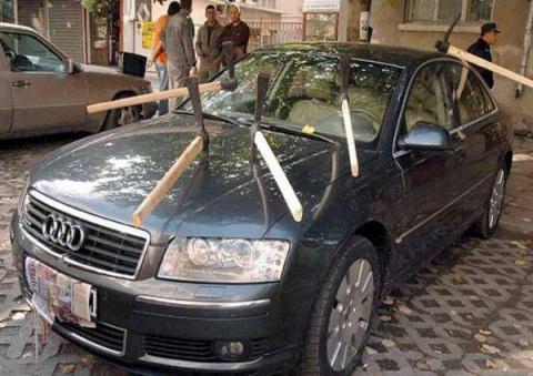Bil med yxor