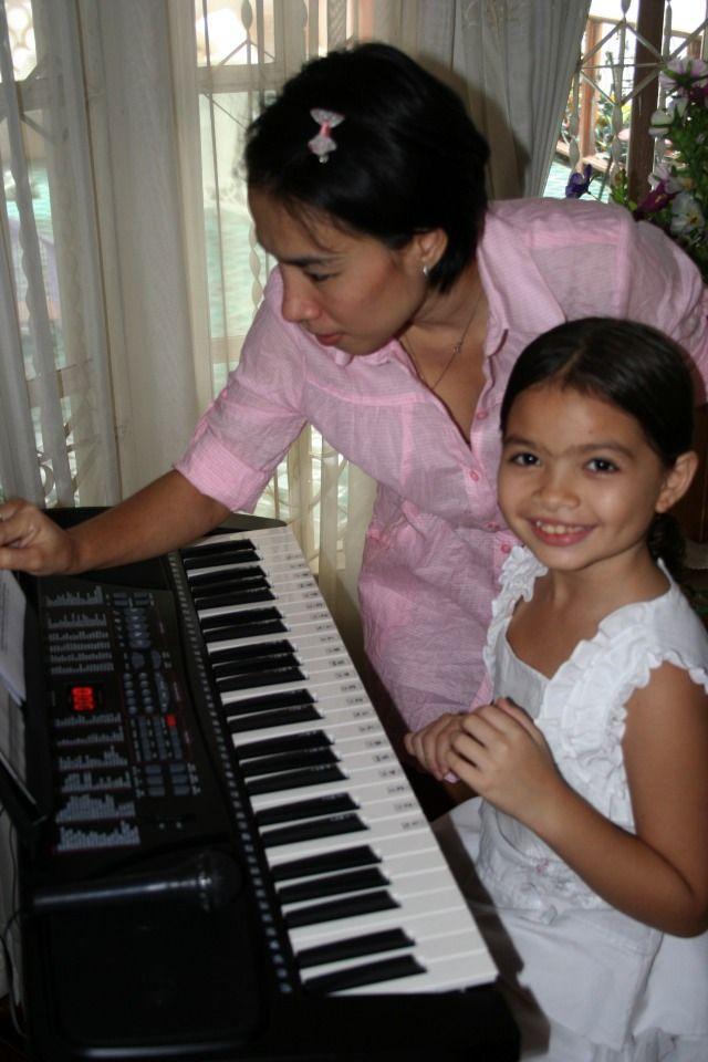 Lite inledande pianolektioner från mamma först.