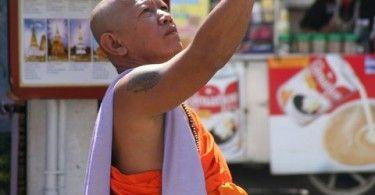Munk med mobiltelefon i Chiang Mai.