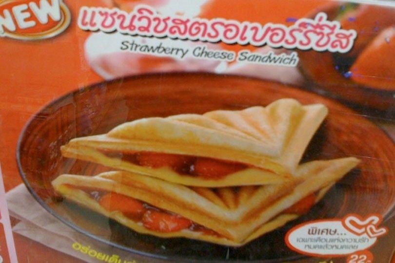 Ost och jordgubbsmacka på 7-11 i Thailand.