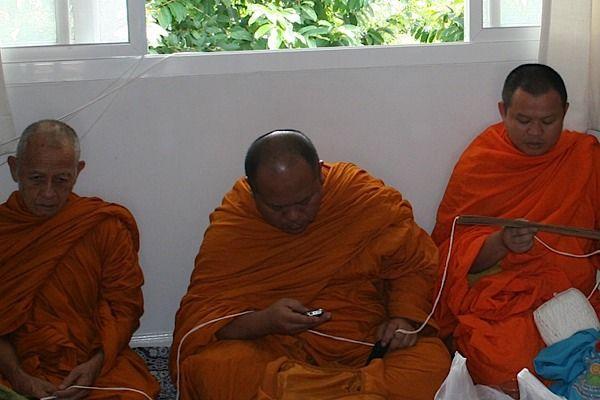 När munken såg att min kamera kom fram försökte han gömma nallen illa kvickt.