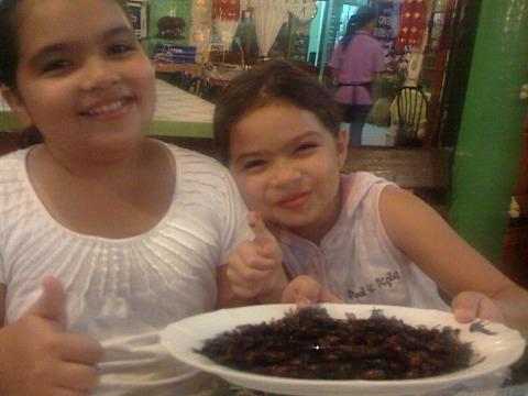 Barnen äter insekter i Thailand.